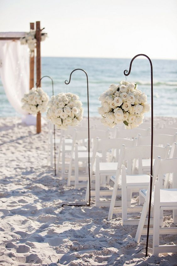 Time to make a walk down the aisle! A quite simple setting, but it works so well with the ivory roses!