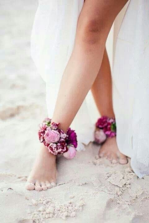 For a more bohemian style for a beach wedding. Spectaculair flower ankle bands!