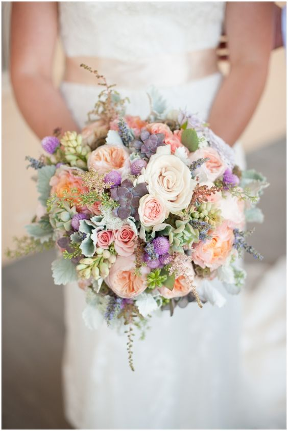 Love this bouquet trend: a combination of roses and succulents.