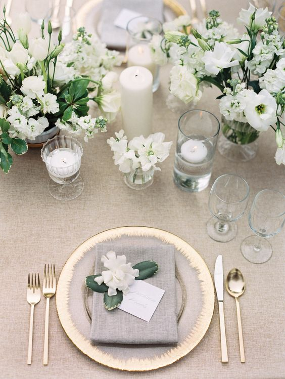 Stunning Table Piece With Roses For A White Wedding