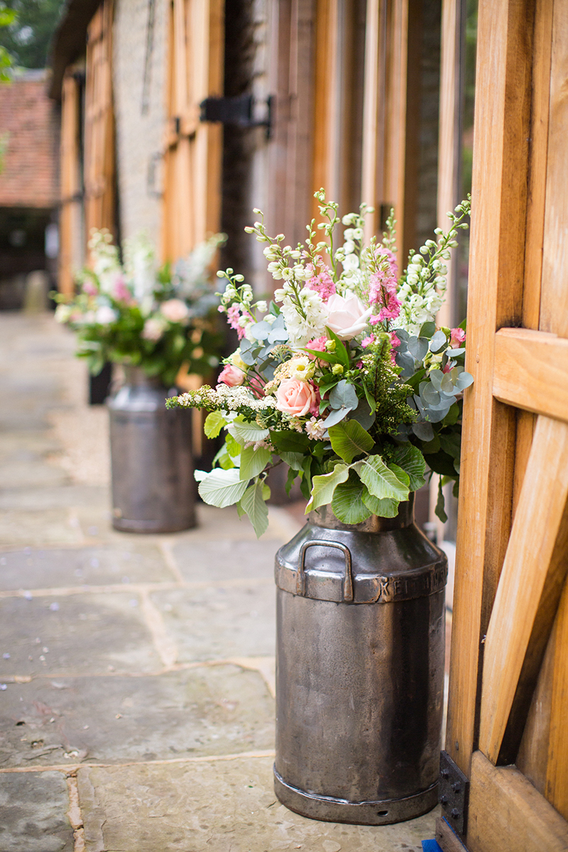 The magnificent combination of barn weddings and roses for Wedding flowers ideas pictures