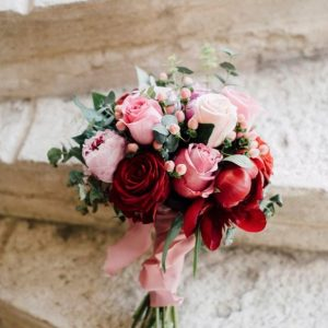 Structured Look With One Type Of Flower Flowers That Work Really Well In These Wedding Bouquets Are Roses Gerberas Peonies Tulips And Rununculus