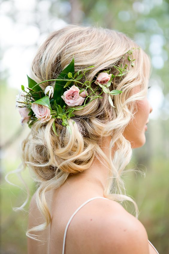 Having a garden or bohemian wedding? Than you absolutely need to have flowers in your hair! And if you don't have the desire to go all out, just a few pink spray roses will look gorgeous as well.