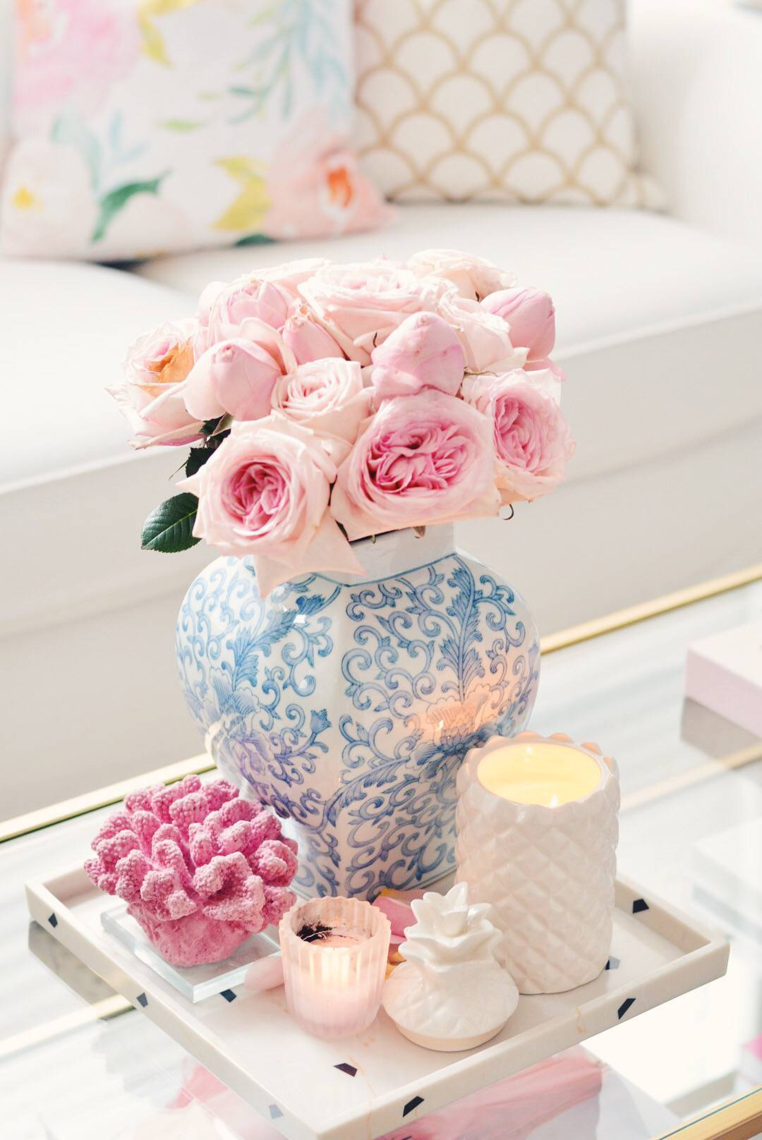 Brighten up the room with some pink flowers. For this arrangement, the roses Pink O'Hara and Peony Pink are a perfect choice.