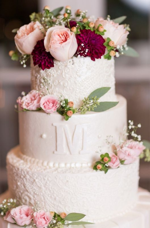 Gorgeous wedding cake with a bit of a fall feeling to it. Look at those amazing details!