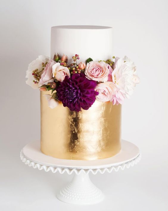 A little shimmery cake with a lot of florals. Yummy and fancy!
