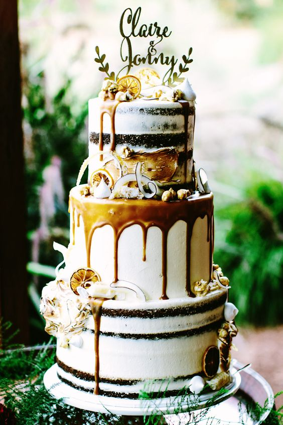 Although there's not a single rose in this picture, I couldn't refrain from showing you this one. Lovely soft coloring, with a golden caramel drip, and completely complient with the drip cake trend of this season. Great idea for a bohemian wedding!