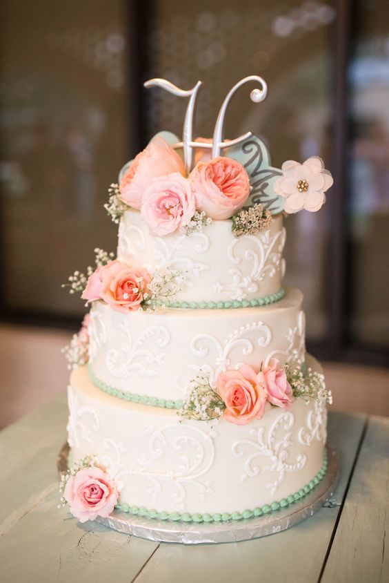 A totally vintage wedding cake. Totally amazing <3