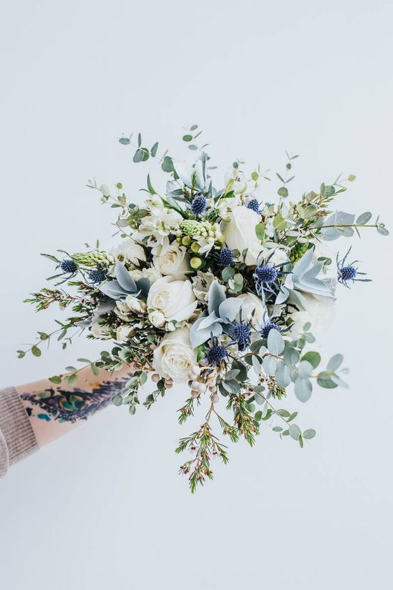 Blue and whites also make an elegant combination! Want to make a bouquet like this not just a pleasure for the eye but also for the nose? Add 'Jeanne Moreau' roses roses from the Meilland collection. You certainly won't be disappointed!