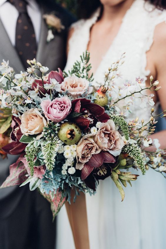 Are you more into a rustic or vintage wedding theme? This bouquet would be a great choice. The rose 'Cafe Latte' lends itself perfectly for these wedding themes.
