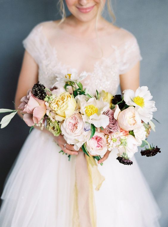 We're not even close to summer, but we are definitely swooning over this bouquet! The roses Café Latte, David Austin Keira and Caramel Antike would be perfect for this bouquet :-) Via Wedding Chicks