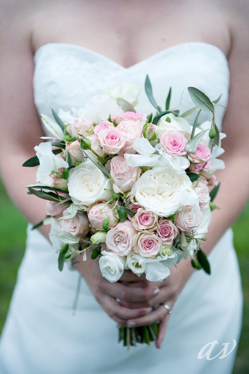 Want to do something different this year? Mix it up with combining several varietes of spray roses!Via Joeke Verhoeven Floral Design