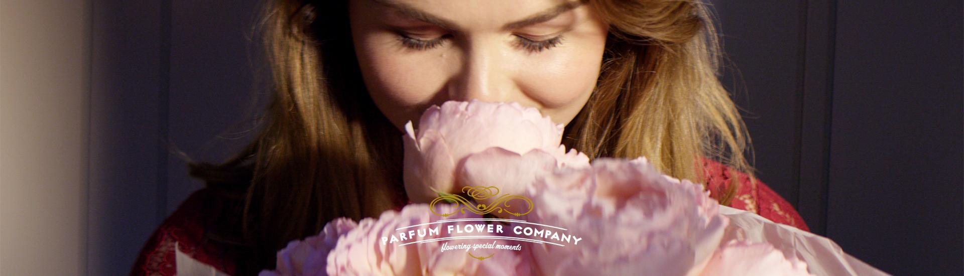 layer-slider-vrouw-ruikt-aan-bloemen-hoofdbeeld