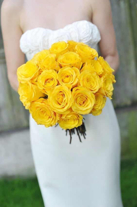 Mono bouquet with yellow roses. Via Style Me Pretty