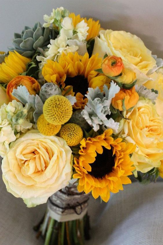 Soft yellow roses and bright sunflowers make a wonderful combination, don't you think?