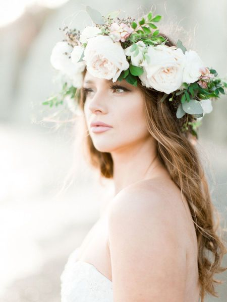 Bridal hair wreath with roses. Via Zank You