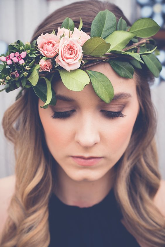Beautiful wedding hairstyle with flowers. Via The Wedding Playbook