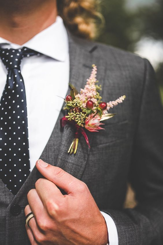 Fall inspired floral boutonniere. Via Junebug Weddings