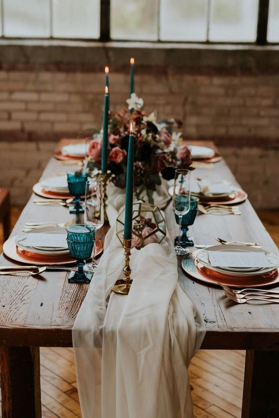 Gorgeous fall inspired table setting in a coral-turquoise color scheme. Via Ruffledblog