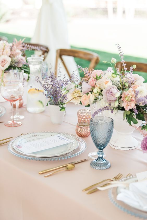 Wedding table setting. Via Venyou