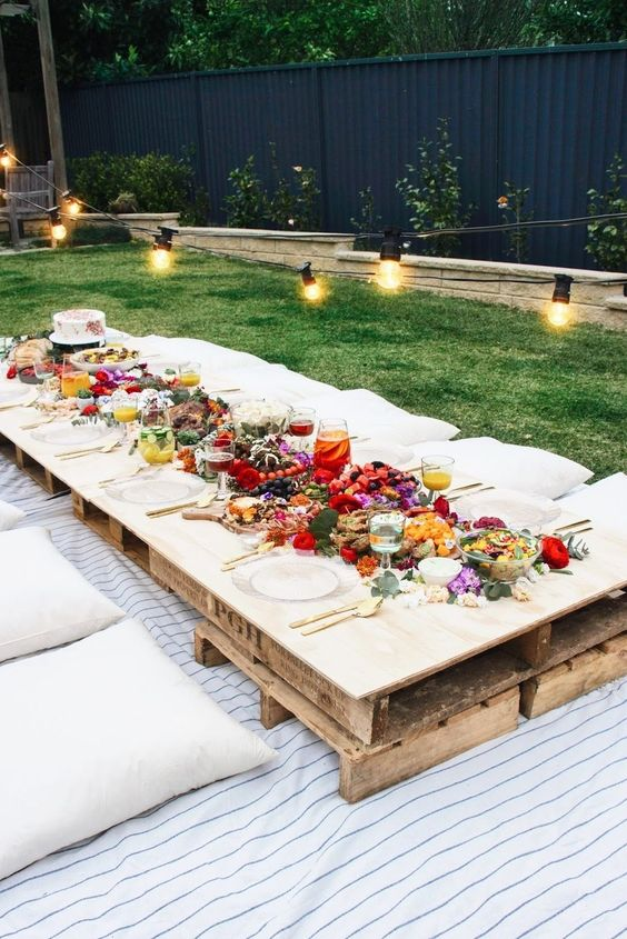 Summer beach table setting for an Ibiza inspired wedding theme. Via Ideas Para